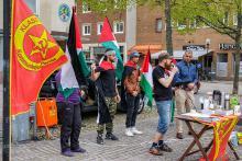 Johan Karlsson talar på Palestinamanifestation