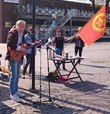 Jocke Nyström spelar på torgmötet