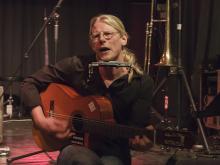 Jocke Nyström spelar och sjunger